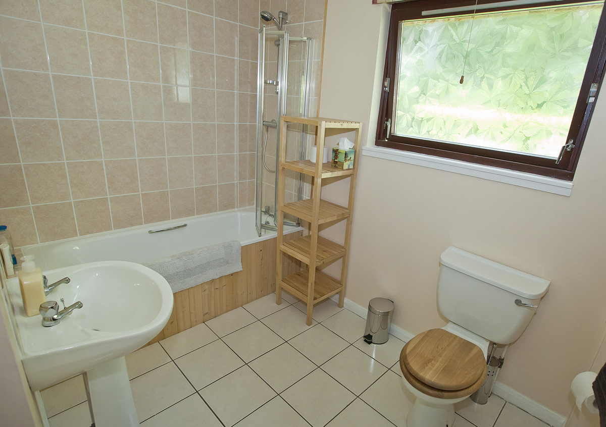 Woodknowe private bathroom